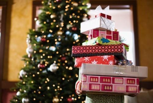 Regali di Natale, le aziende scelgono vino e cibo